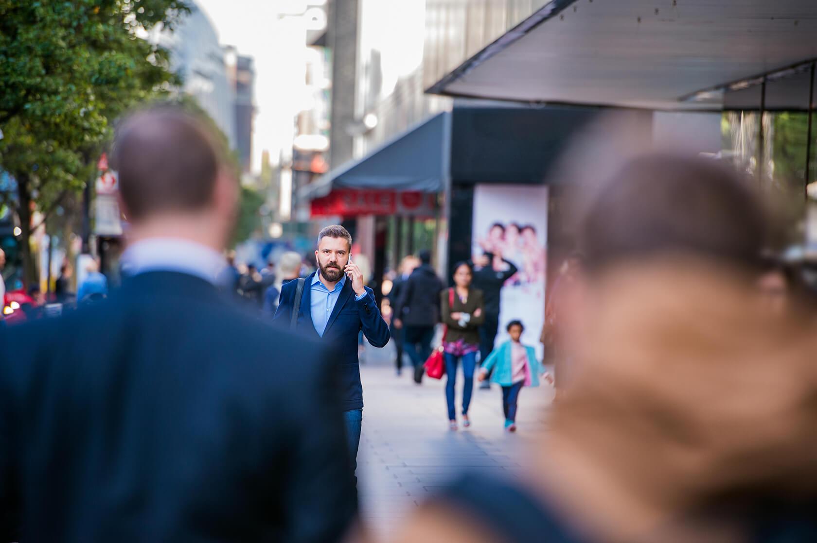hipster manager with smart phone walking in the PFKTPR91 - روش های راه اندازی یک شرکت تجاری