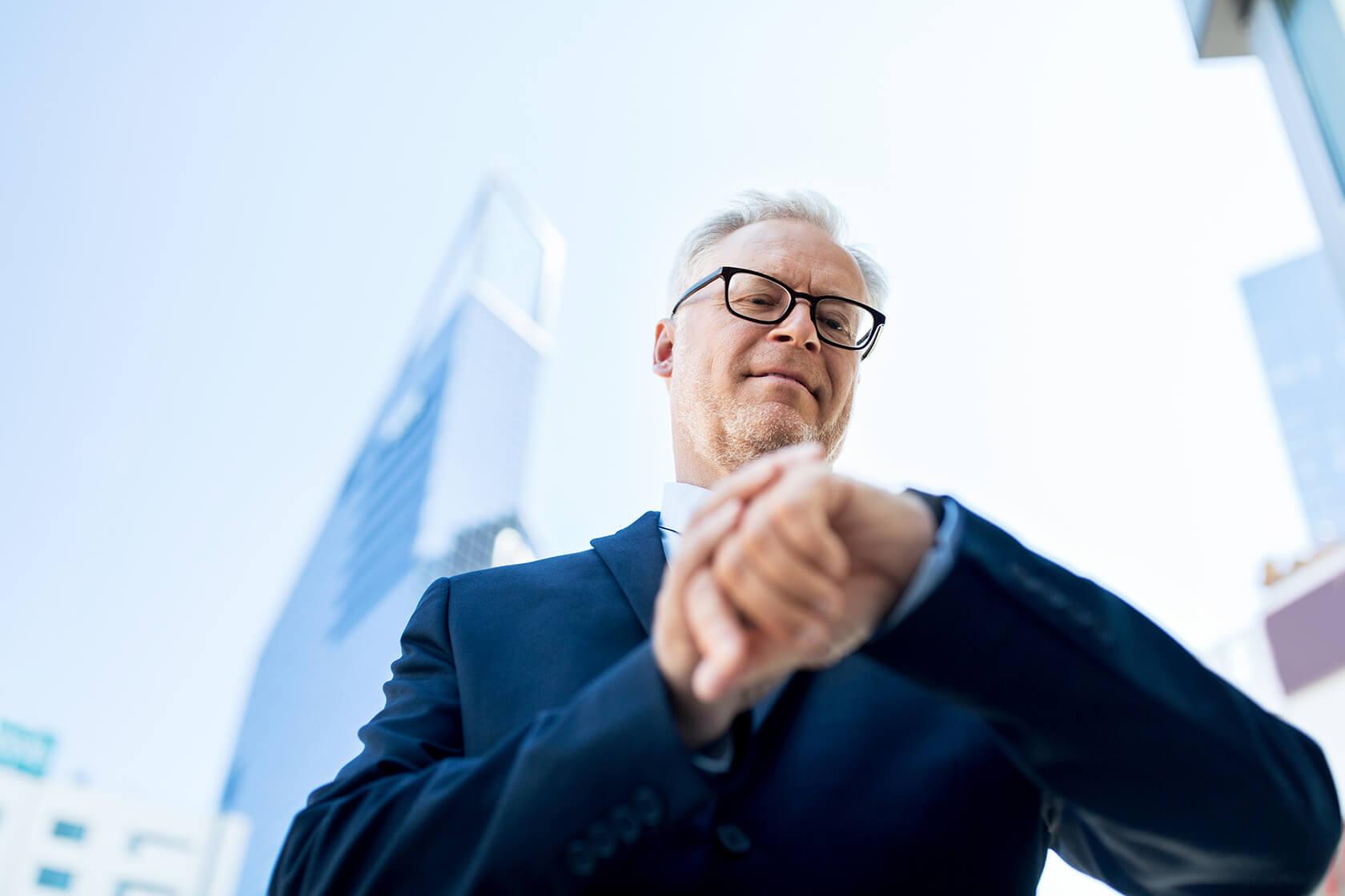 senior businessman checking time on his PGPN5MF1 - مدیریت زمان و بهره بردای از منابع