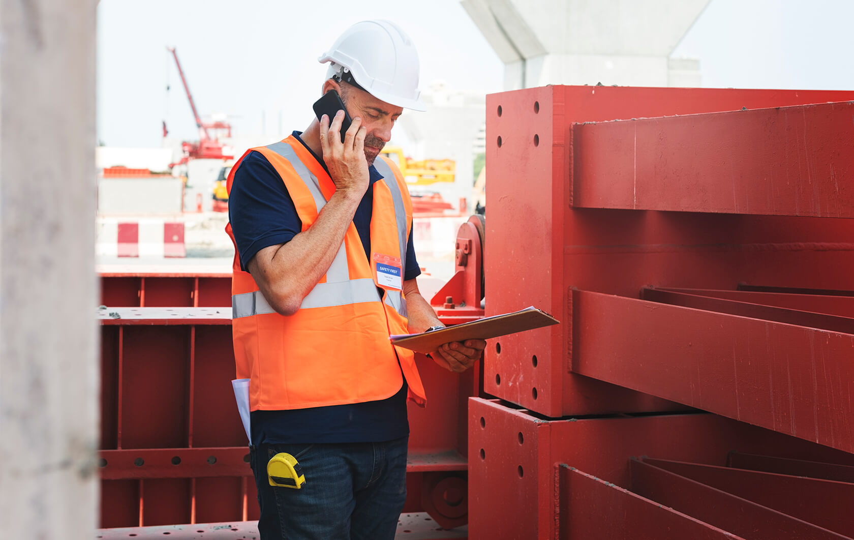 single working man outdoors construction concept P4A3MRU - تجزیه اطلاعات و بررسی مواد